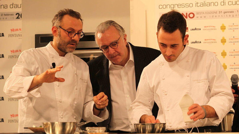 De izda a dcha, los chefs Massimo Bottura y Alain Ducasse durante el Congreso Italiano de Cocina de Autor de 2010.
