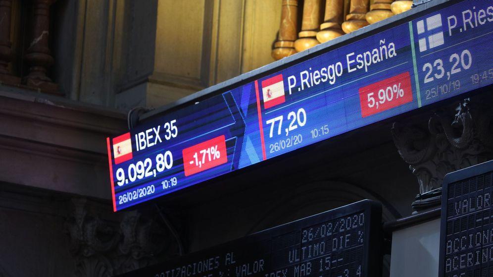 Foto: Monitor de la Bolsa de Madrid que muestra la evolución de la prima de riesgo. (EFE)