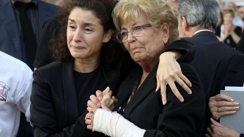 Vanessa y su madre tras la muerte de Manolo. (EFE)