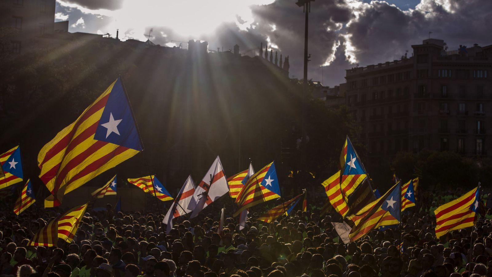 Foto: Miles de personas se suman a la Diada en el centro de Barcelona (EFE)