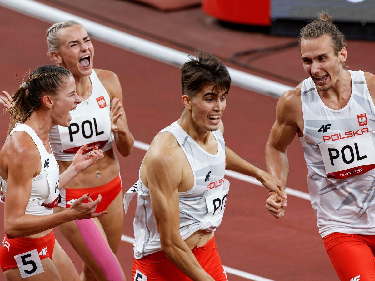 Foto: Los atletas del equipo polaco consiguen la medalla de oro en la prueba de relevos mixtos 4x400m. (EFE)