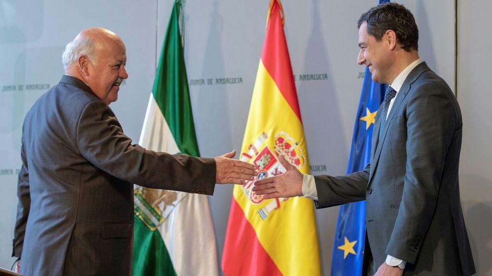 Foto: El consejero de Salud, Jesús Aguirre, en su toma de posesión en enero del año pasado, junto al presidente andaluz, Juanma Moreno. (EFE)