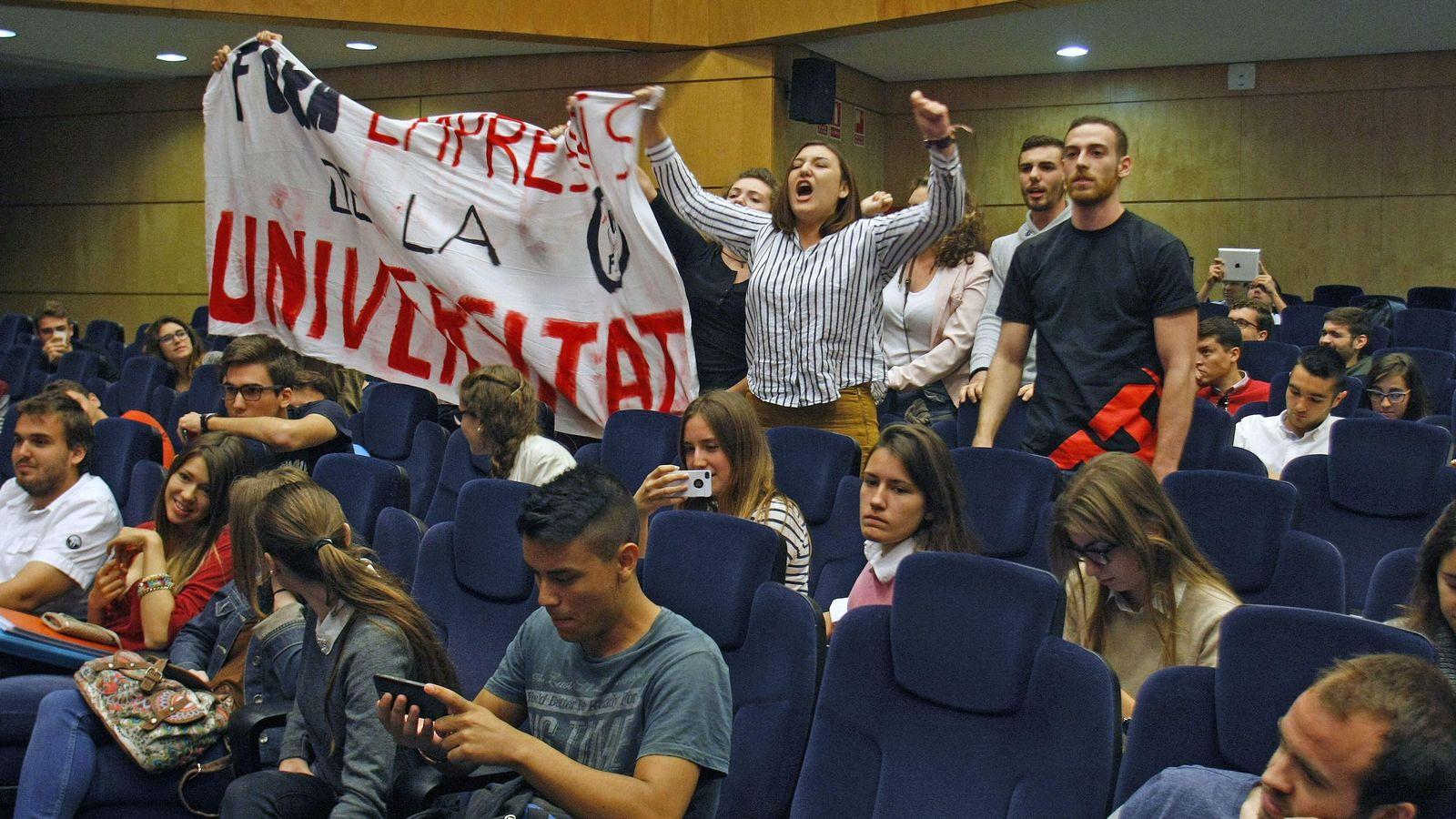 Foto: Los estudiantes han interrumpido hoy al expresidente del Gobierno español Felipe González. (EFE)