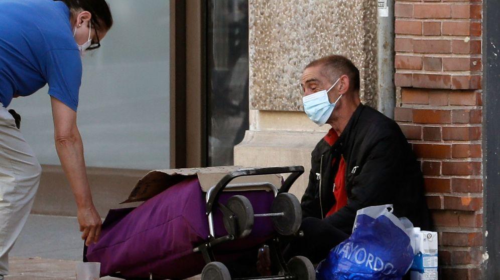 Foto: Una persona sin recursos, en las calles de Valencia. (EFE)