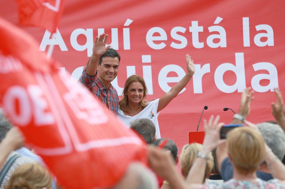 Foto: Pedro Sanchez, con la diputada aragonesa Susana Sumelzo, este 17 de mayo en Zaragoza. (EFE)