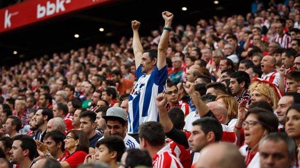 Foto: Un aficionado de la Real celebra un gol de su equipo en San Mamés durante el derbi vasco. (EFE)