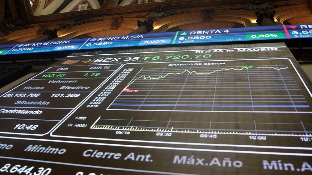Foto: Vista de las pantallas en el edificio de la Bolsa de Madrid. (EFE)