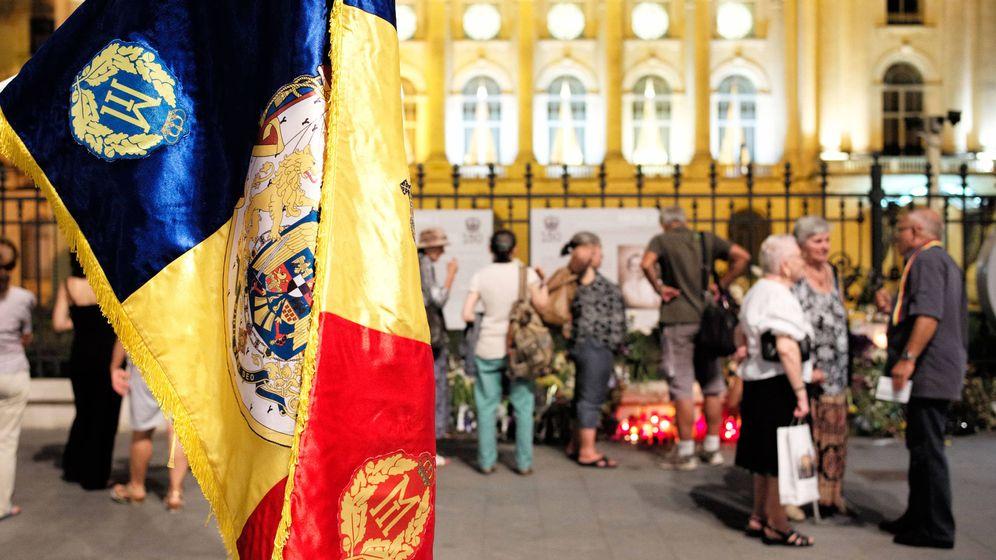 Foto: Grupos de monárquicos se reúnen frente al antiguo palacio Real donde se encuentra el féretro de la Reina Ana (M. A. Sánchez)