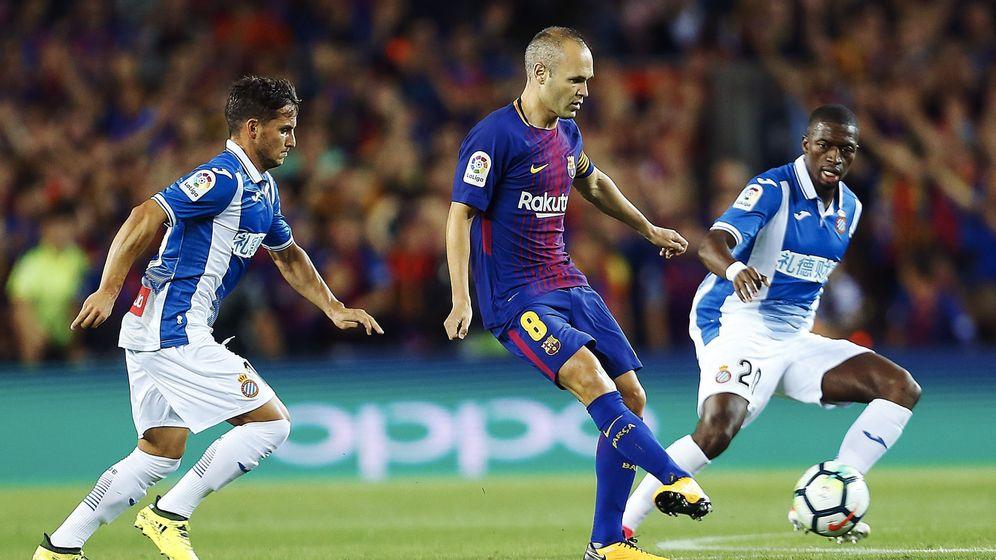 Foto: Iniesta juega en el partido contra el Espanyol. (EFE)