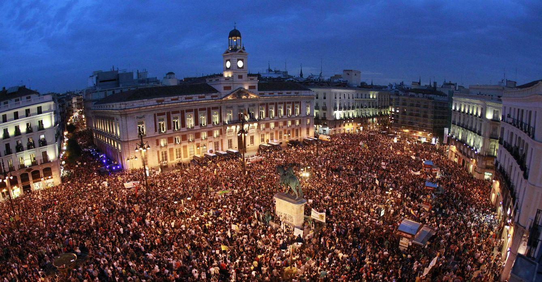 Foto: Integrantes del Movimiento 15M abarrotan la céntrica Puerta del Sol de Madrid en el primer aniversario del movimiento reivindicativo, la noche del 12 de mayo de 2012. EFE/Alberto Martín