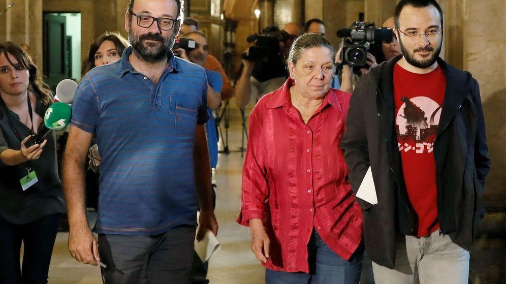 Foto: Los diputados de la CUP, Benet Salellas, Gabriela Serra y Albert Botran (d), en los pasillos del Parlament.