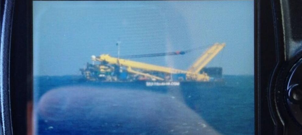Foto: Una cámara recogía ese presunto avión que en realidad se trataba de un barco. Foto: @JAVICELARD