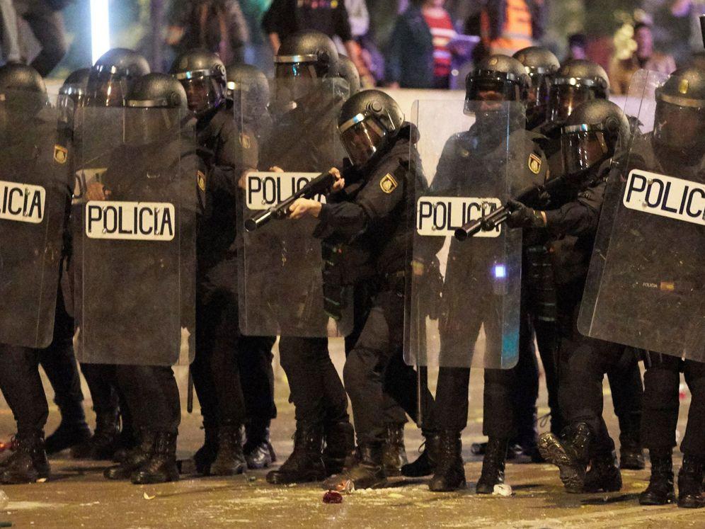 Foto: Antidisturbios de la Policía, este martes, en las calles de Barcelona. (EFE)