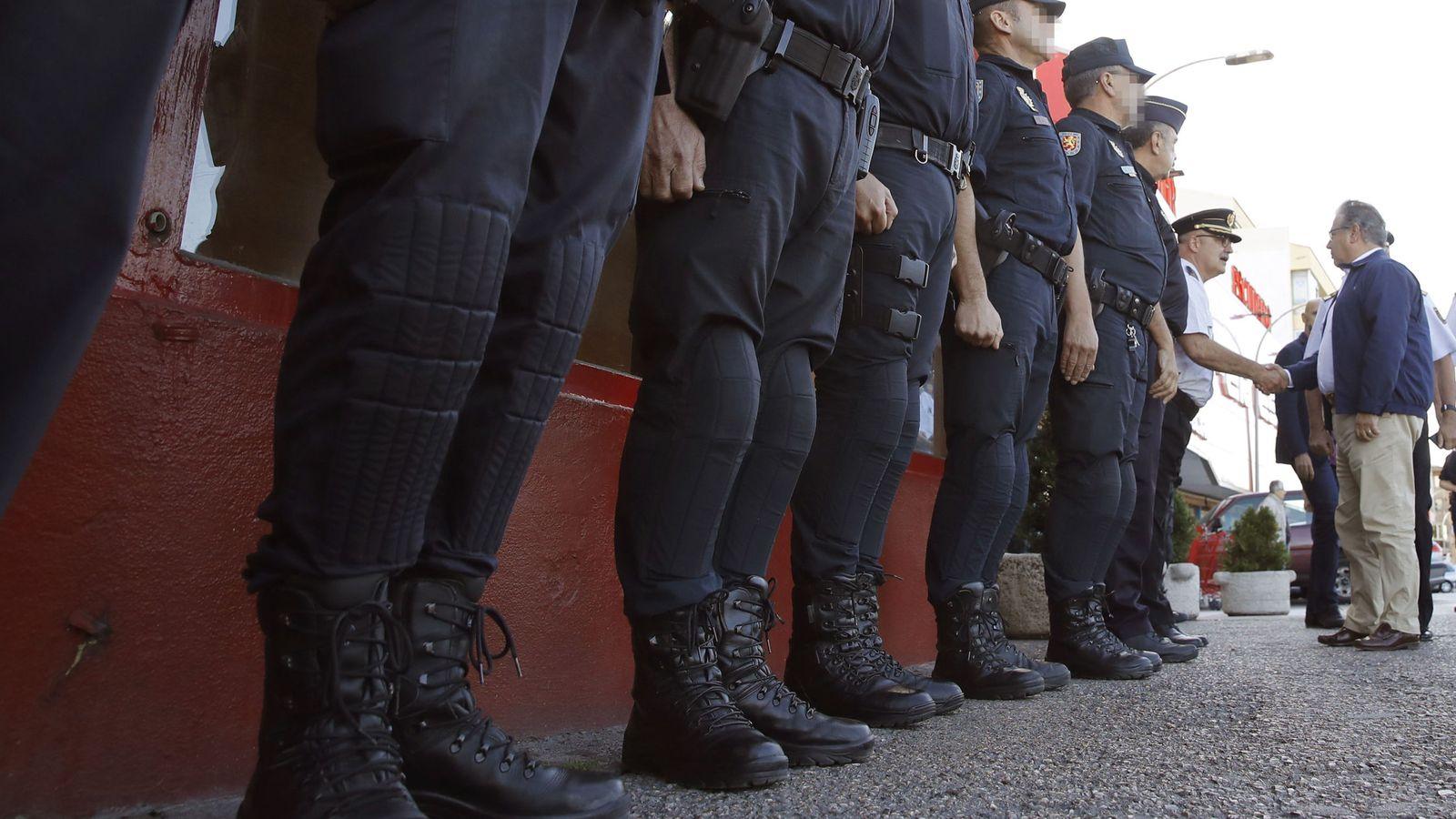 Foto: El ministro de Interior, Zoido (d), saluda a policías nacionales desplegados en Cataluña. (EFE)