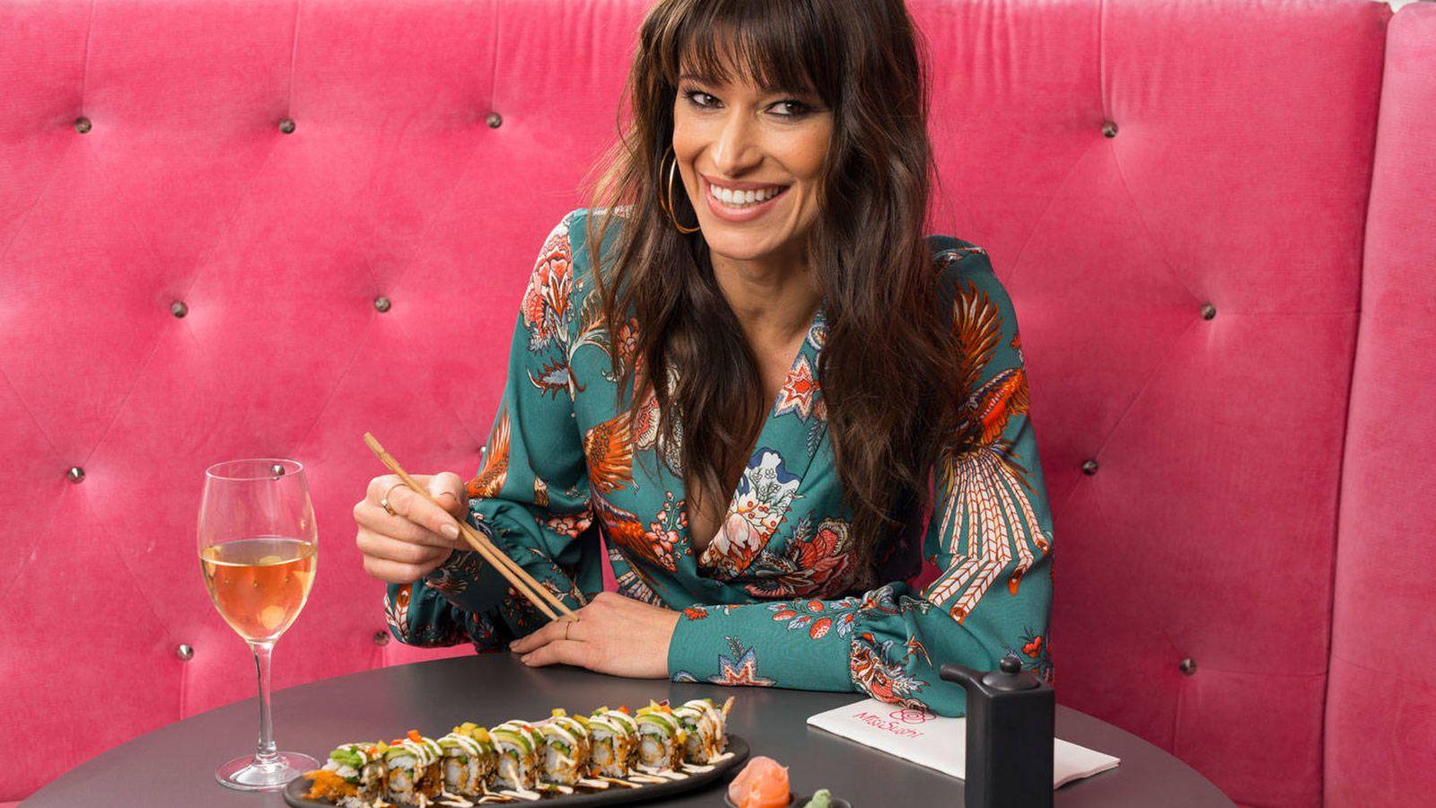 Foto: Sonia Ferrer durante la sesión fotográfica en Miss Sushi para Vanitatis. (Foto: Daniel Sánchez Alonso)