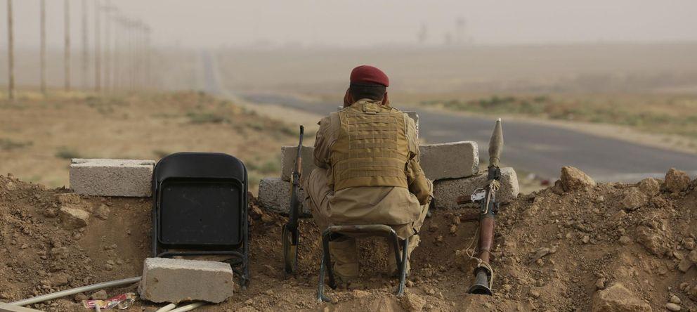 Foto: Un combatiente kurdo observa las posiciones del Estado Islámico cerca de Mosul, en el norte de Irak (Reuters).