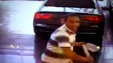 Entra en un concesionario y se lía a hachazos contra un Audi