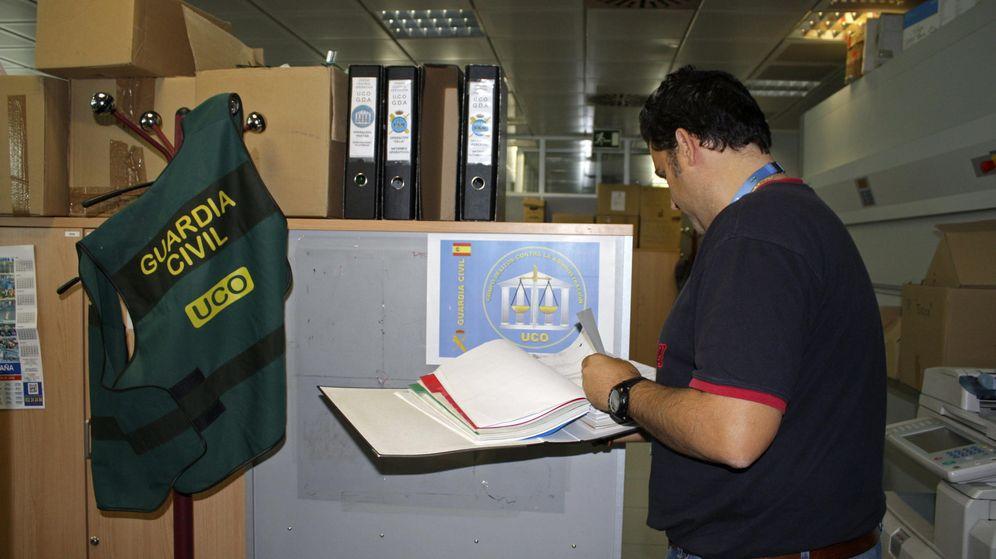 Foto: Uno de los miembros de la Unidad de Delitos contra la Administracion de la UCO. (EFE)