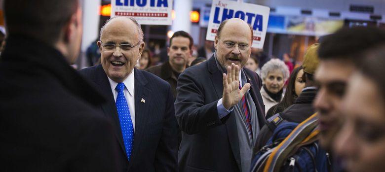 Foto: El candidato republicano John Lhota saluda a votantes junto al exalcalde Rudy Giuliani en Nueva York (Reuters).