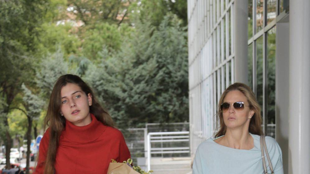 Foto: Amina y Genoveva, a su entrada en el hospital. (J.Martín)