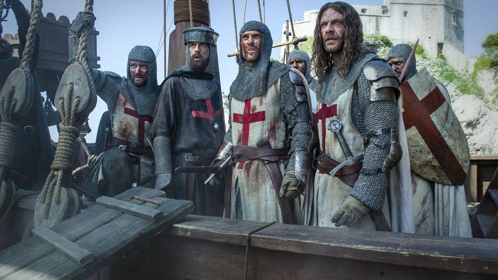 Foto: Tras el asedio de Acre, los Caballeros Templarios emprenden la huida en 'Knightfall'. (HBO)