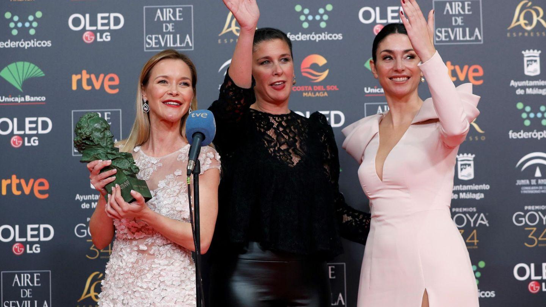 Las tres hermanas, tras recoger el premio de su madre, atendiendo a los medios. (EFE)