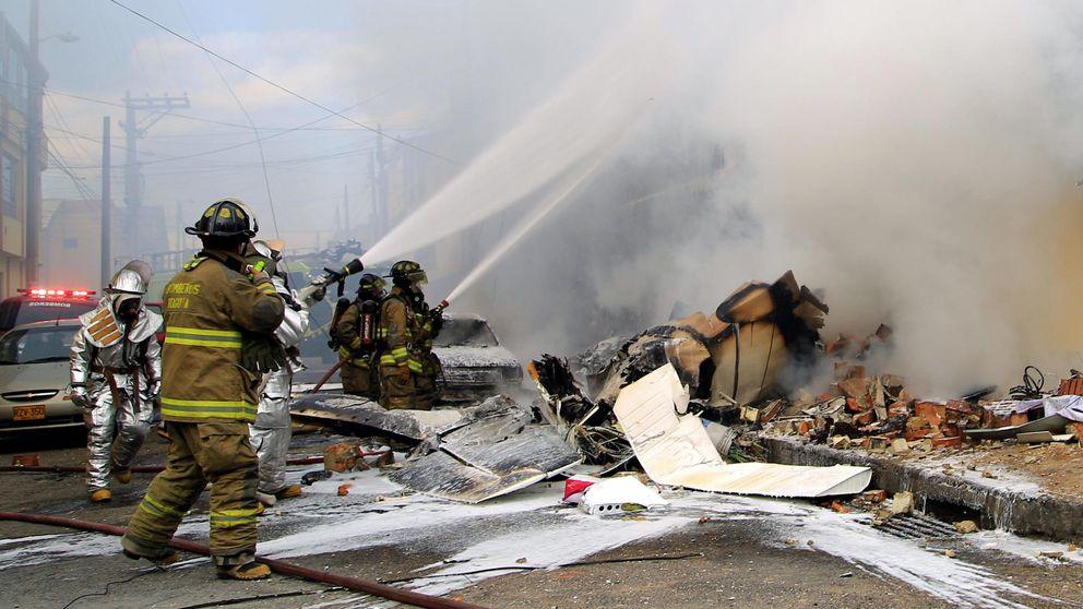 Cinco muertos tras estrellarse un avión contra un edificio en Bogotá