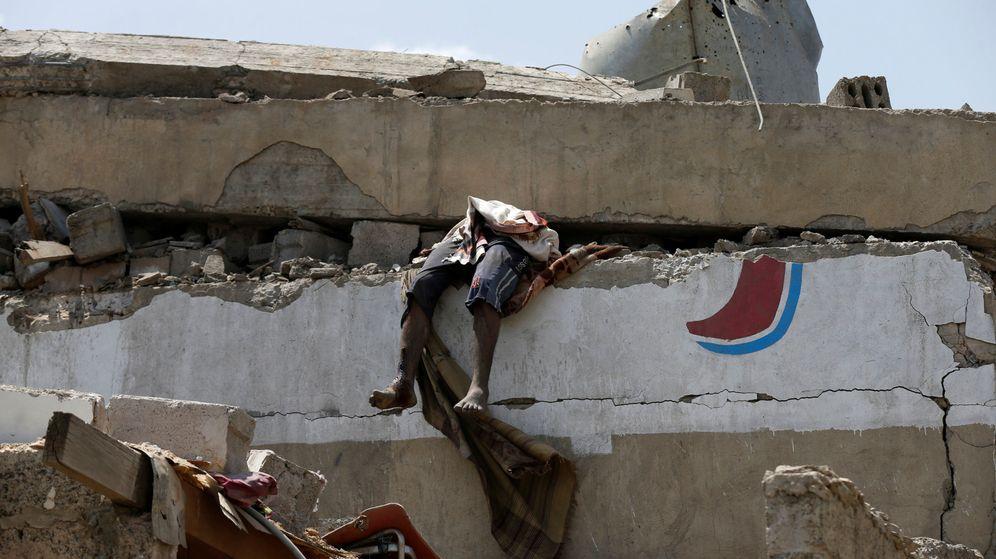 Foto: El lugar del bombardeo, donde aún quedan personas atrapadas. (Reuters)