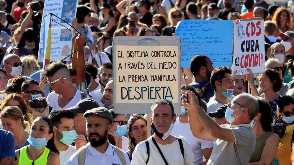 Foto: Manifestación negacionista en Colón, en el centro de Madrid, el pasado 16 de agosto. (EFE)