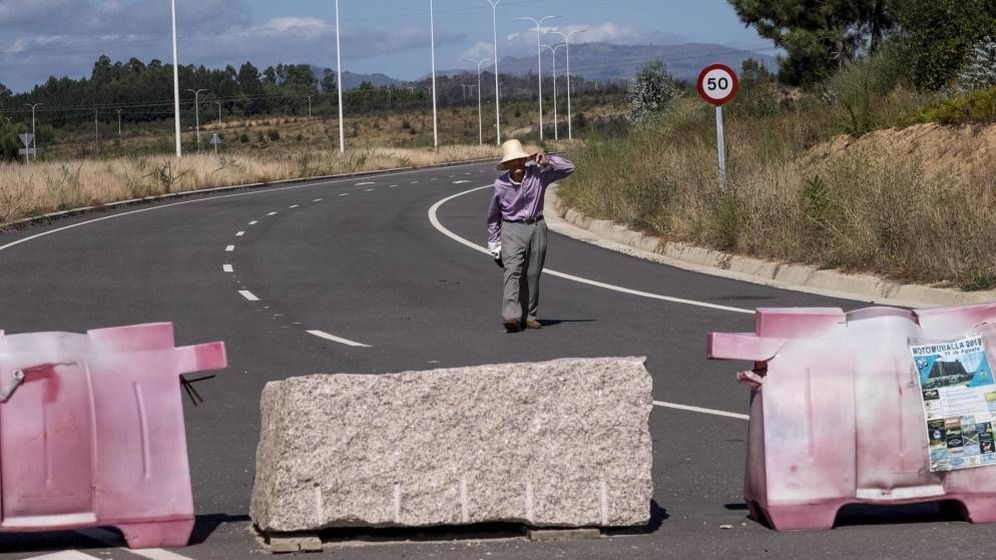 Foto: Uno de los antiguos propietarios de los terrenos pasea por la autovía que atraviesa la Plisan. (Anxo Iglesias)