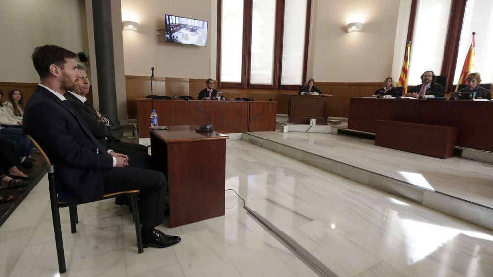 Foto: Lionel Messi y su padre, Jorge Horacio, en la sala de la Audiencia de Barcelona. (EFE)