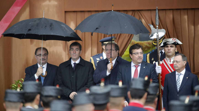 Los presidentes de Aragón, Javier Lambán; Canarias, Fernando Clavijo; Castilla y León, Juan Vicente Herrera; Extremadura, Guillermo Fernández Vara y Ceuta, Juan Jesús Vivas (i a d), en el desfile del 12 de octubre de 2016. (EFE)