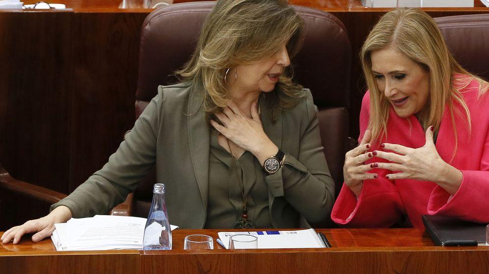 Foto: Cifuentes (a la derecha), con la consejera de Economía, Empleo y Hacienda.