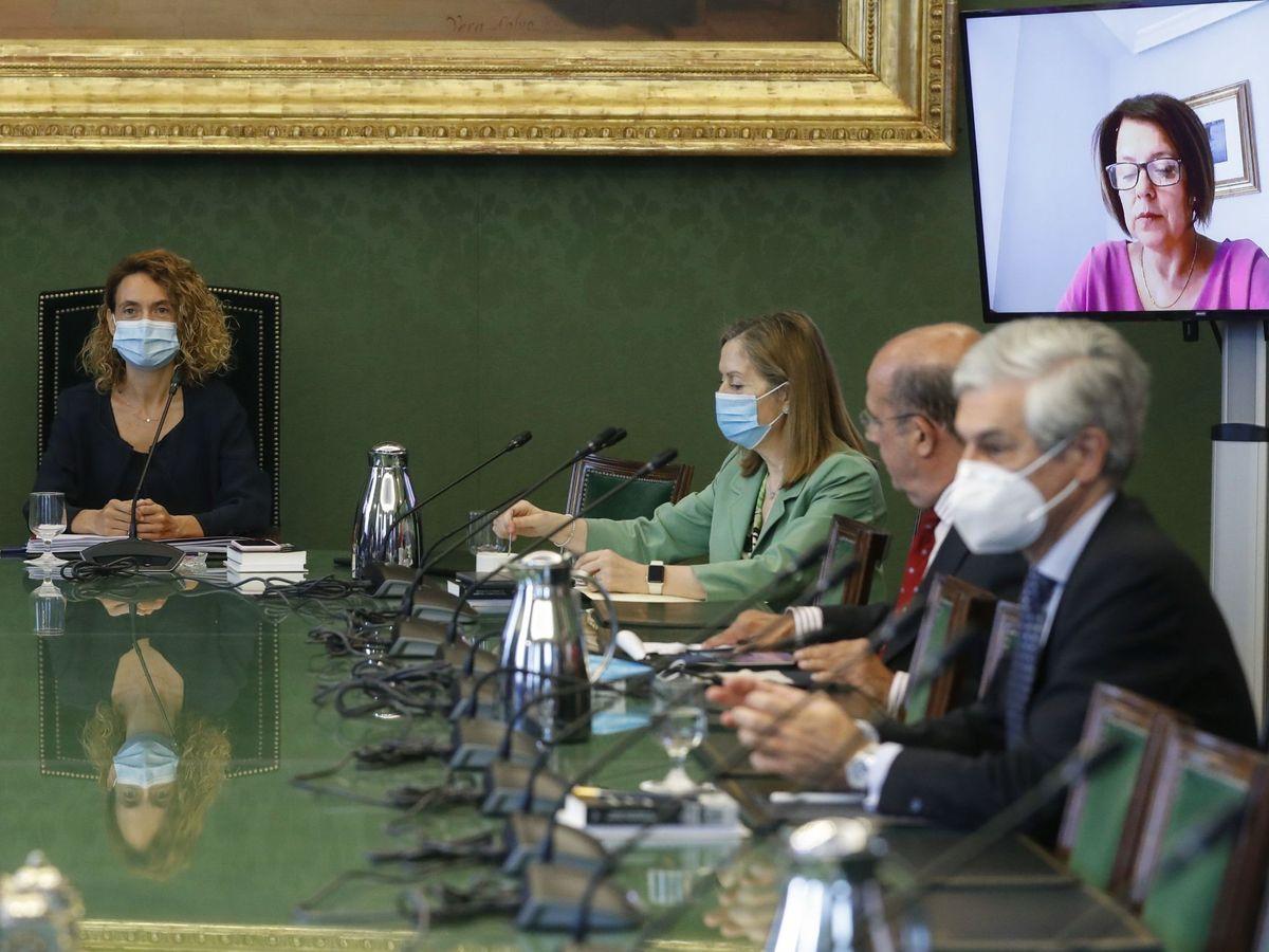 Foto: La presidenta de la Cámara, Meritxell Batet (i), y los diputados del PP Ana Pastor y Adolfo Suárez y de Vox Ignacio Gil Lázaro (2d) durante la reunión de la Mesa la semana pasada. (EFE)