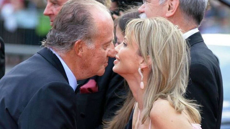 El rey Juan Carlos I, saludando a Corinna zu Sayn-Wittgenstein. (EFE)