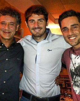 Foto: Iker Casillas y David Bustamante, de tertulia futbolera en un restaurante de Madrid