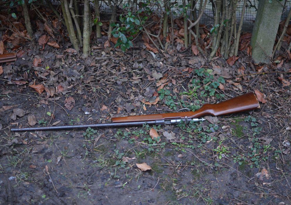 Foto: Una de las armas encontradas en un parque de Bruselas. (Foto: Alexandre Mato)