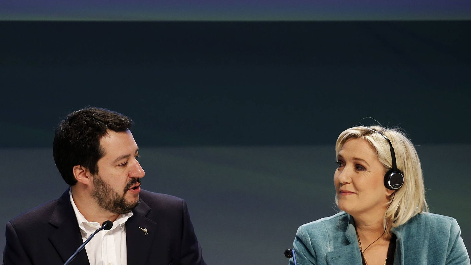 """Foto: Marine Le Pen conversa con Matteo Salvini durante la conferencia """"Una Europa de Naciones y Libertad"""", en Milán. (Reuters)"""