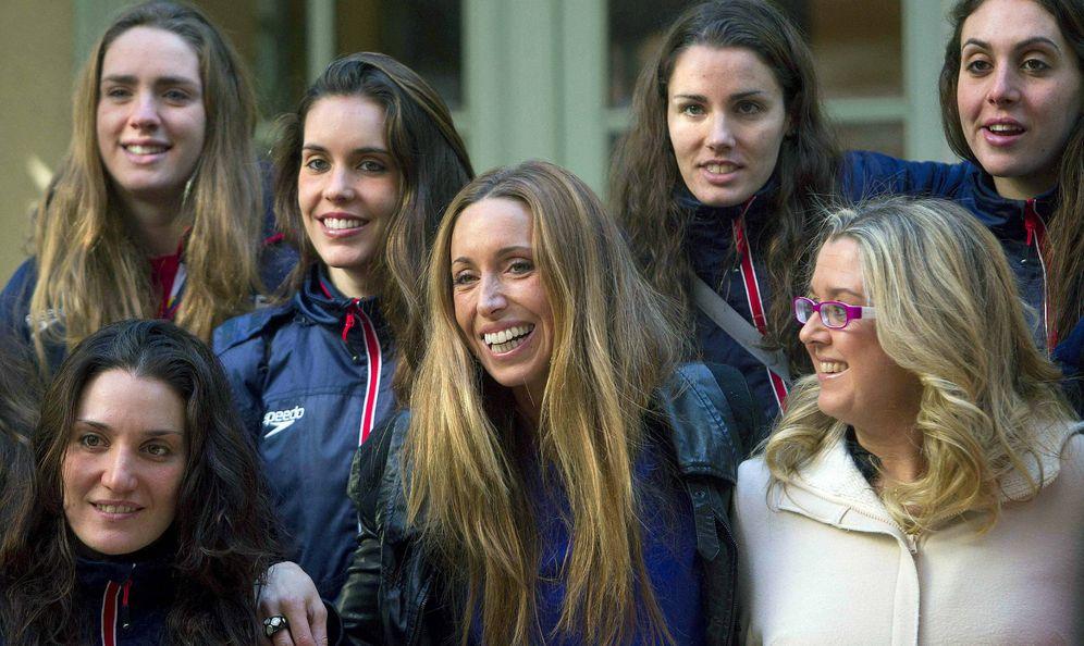 Foto: Anna Tarrés, en la imagen, con Gemma Mengual y otras compañeras del equipo nacional de sincronizada (EFE)
