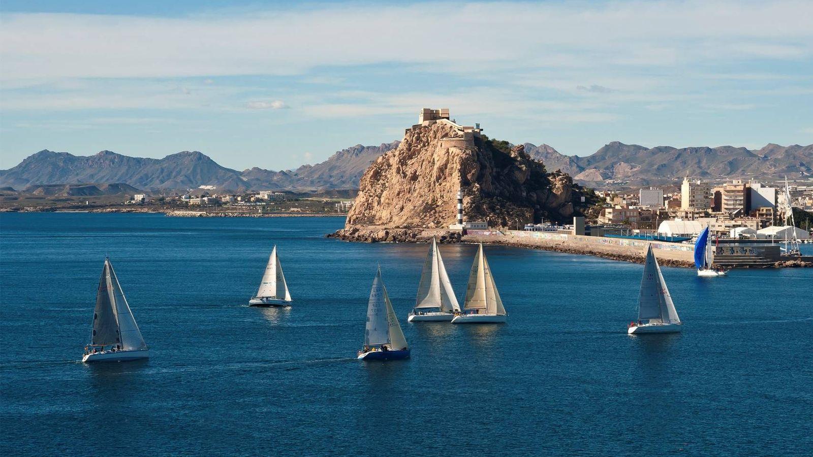 Foto: Águilas con barcos y al fondo su castillo. (Foto: Ayuntamiento de Águilas/Gabriel Muñiz)