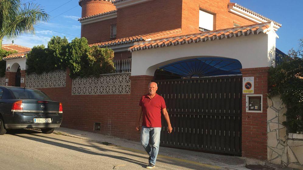 Foto: El exalcalde de Rincón de la Victoria José María Gómez, el pasado martes, delante de su antiguo domicilio. (A. R.)