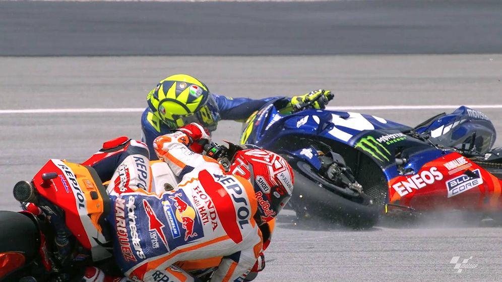 Foto: Valentino Rossi se fue al suelo cuando iba en cabeza y fue superado por Marc Márquez. (MotoGP)