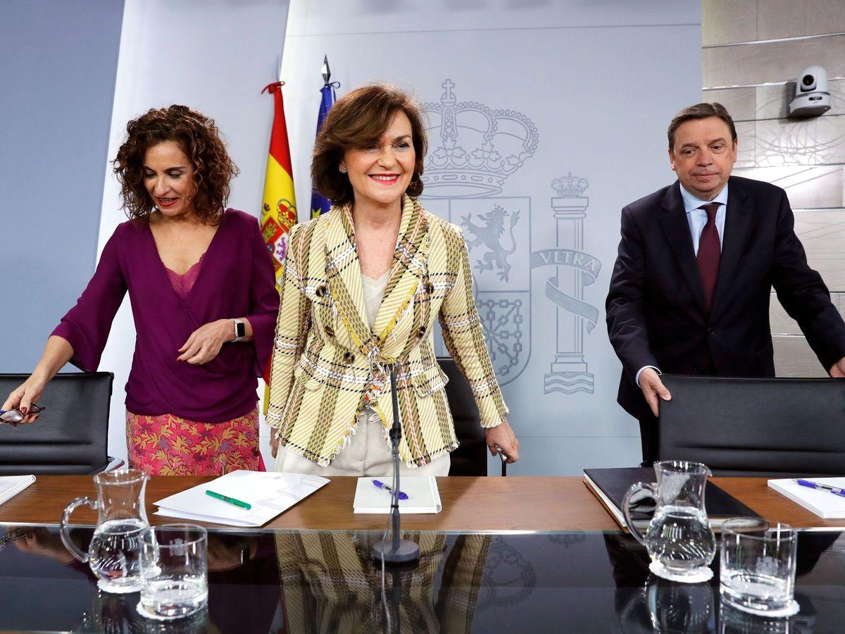 Foto: La vicepresidenta primera, Carmen Calvo, y los ministros de Hacienda y Agricultura, María Jesús Montero y Luis Planas, este 25 de febrero en la Moncloa. (EFE)