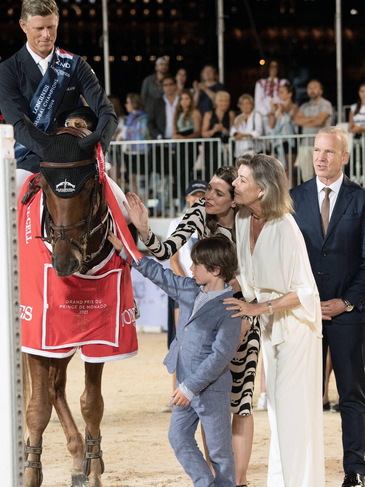 El hijo de Carlota Casiraghi saludando al ganador. (Gtres)