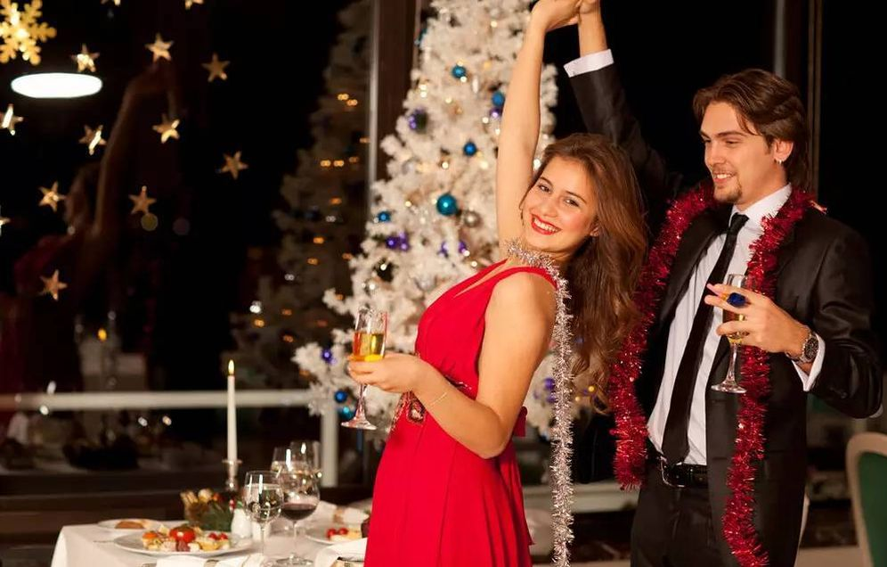 Foto: Dos jóvenes celebran la Navidad. (iStock)