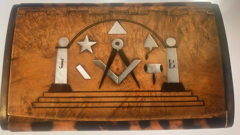 Cartera con simbología francmasona.