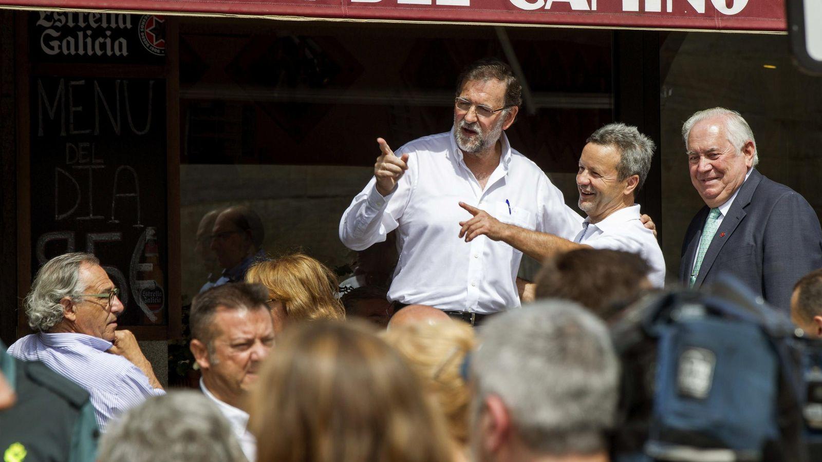 Foto: El presidente del Gobierno, Mariano Rajoy, durante una visita a Portomarín. (EFE)