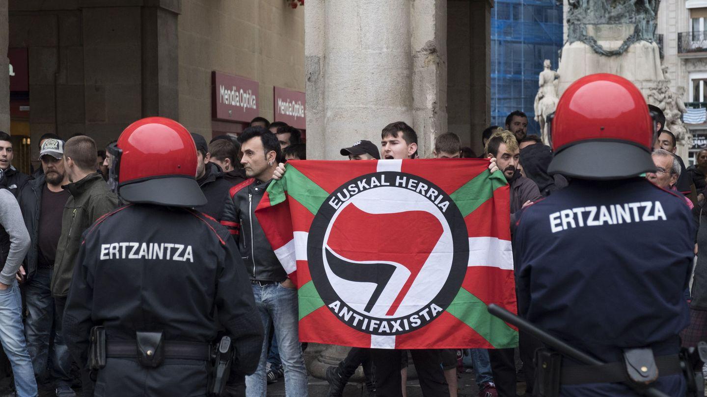 Un centenar de jóvenes con ikurriñas frente al Ayuntamiento de Vitoria. (EFE)
