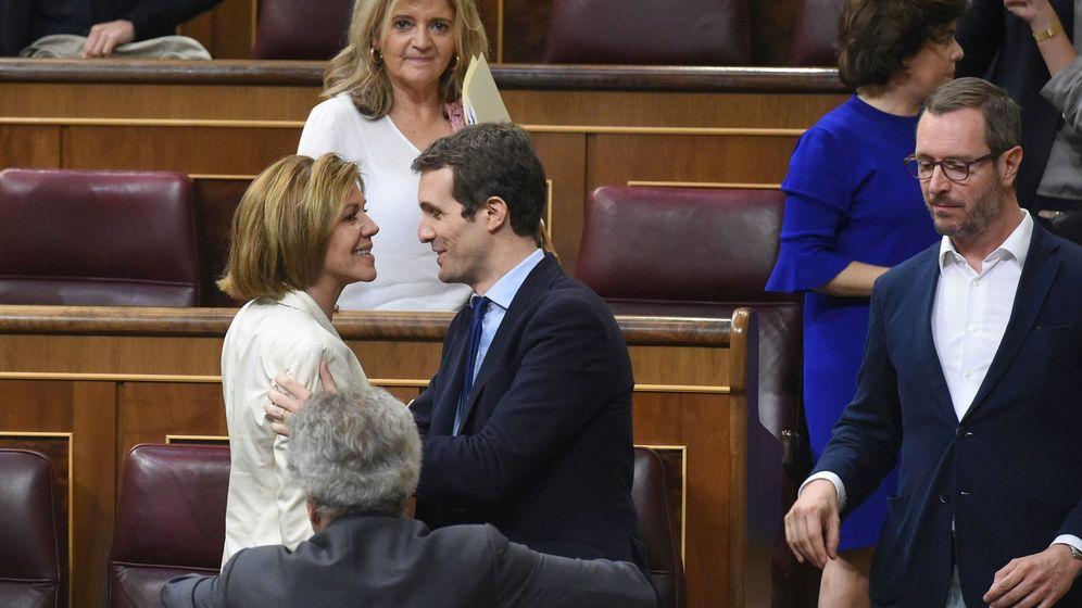 Foto: La exministra de Defensa María Dolores de Cospedal (i) saluda a otro de los aspirantes, el diputado Pablo Casado (c). (EFE)
