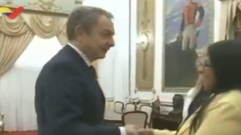 Momento en el que el expresidente saluda a Delcy.